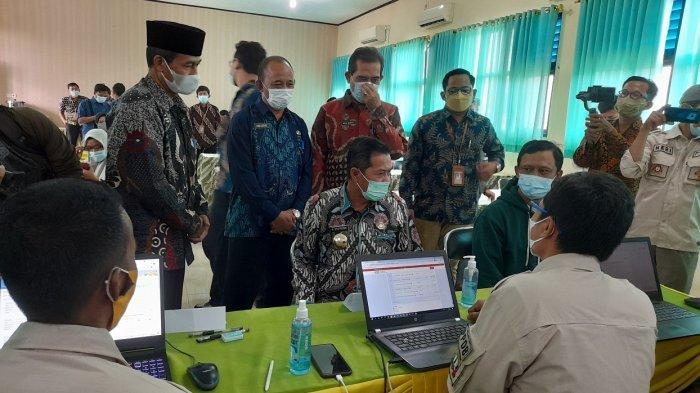 Wali Kota Serang Syafrudin Pantau PPDB di SMPN 1, Monitor Kuota: Kalau Melebihi, Itu Pelanggaran