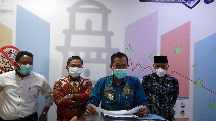 Wali Kota Serang, Syafrudin (batik biru), memberikan keterangan pers usai mengikuti rapat koordinasi penanganan Covid-19 Provinsi Banten bersama Pemprov Banten dan pemerintah pusat melalui zoom meeting di kantor Diskominfo Kota Serang, (14/7/2021).