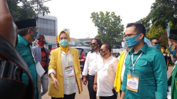 Ketua Dewan Pimpinan Daerah (DPD) Partai Golkar Kota Tangerang Selatan, Airin Rachmi Diany mengantar paslon Benyamin Davnie dan Pilar Saga lchsan mendaftar ke Kantor KPUD Tangsel, Sabtu (5/9/2020).