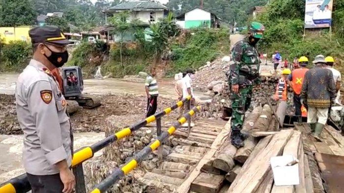 Warga Gotong-royong Bangun Jembatan Muhara Akses ke Negeri di Atas Awan yang Roboh