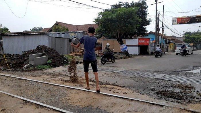 Banyak Pengendara Motor Terjatuh, Warga Lopang Kota Serang Gotong Royong Tambal Jalan Berlubang