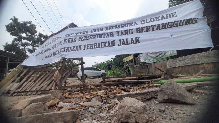 Tak Kunjung Diperbaiki, Warga Kembali Blokade Jalan Akses Terminal Pakupatan Serang