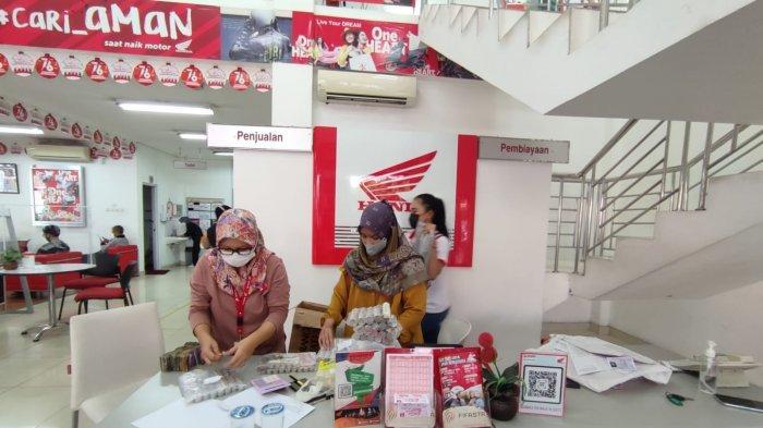 Seorang warga bernama Sunarto (59) membeli sepeda motor pakai uang recehdi dealer penjualan Astra Motor Cilegon di Jalan Ahmad Yani, Kecamatan Jombang, Kota Cilegon, Sabtu (21/8/2021).