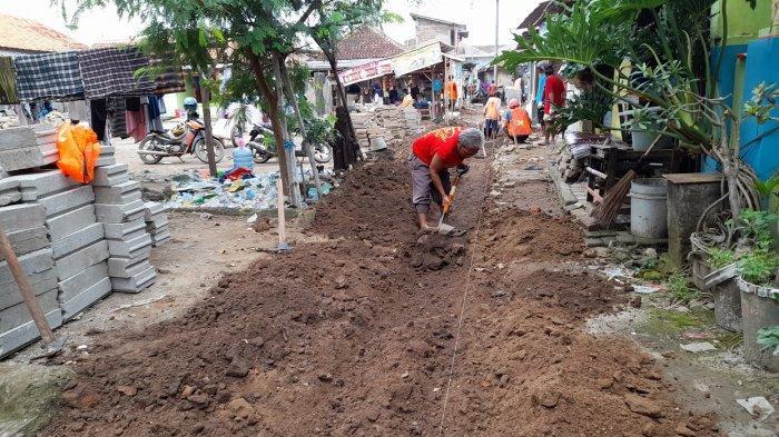 Warga Ciwaktu Lor Bergotong Royong Menuju Kampung Bersih, Laki-laki Sumbang Tenaga, Ibu-ibu Memasak