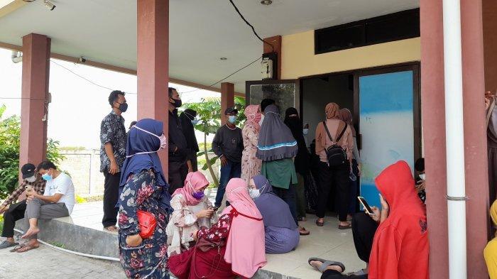 Warga Kecamatan Cikande, Kabupaten Serang, memadati Puskesmas Cikande untuk mendapatkan vaksin covid-19, Sabtu (3/7/2021).