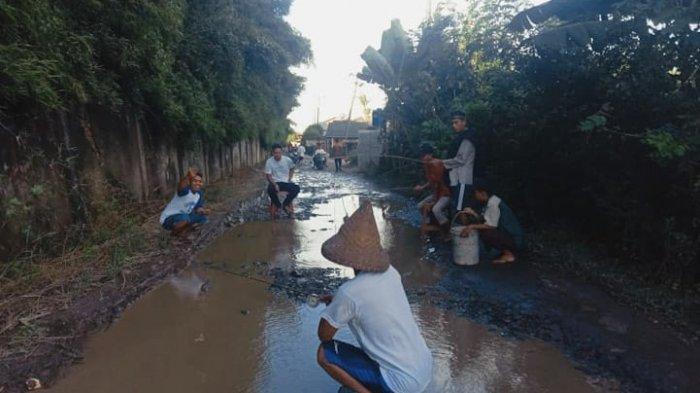 Hai Bupati Serang, Jalan Berlubang Dibiarkan 10 Tahun Sampai Warga Memancing