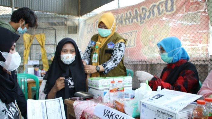 Warga mengikuti vaksinasi Covid-19 di lapangan Futsal Cikande Permai, Kabupaten Serang, Kamis (9/9/2021).
