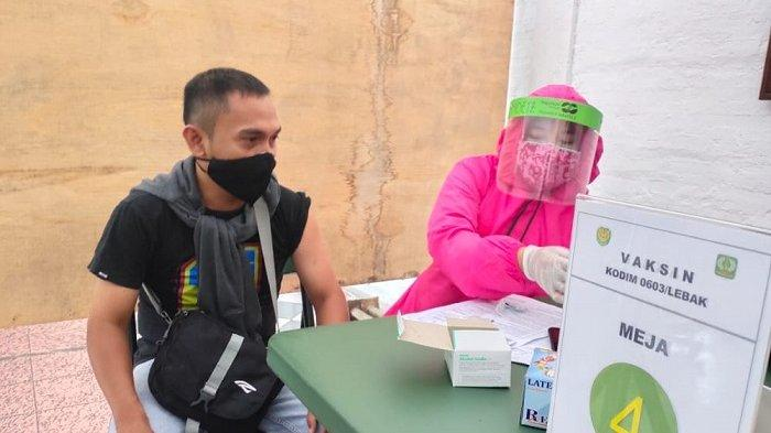 Warga mengikuti vaksinasi Covid-19 di Markas Kodim 0603 Maulana Yusuf/Lebak, Jalan Sunan Giri nomor 89, Muara Ciujung Timur, Kecamatan, Rangkasbitung, Kabupaten Lebak,Banten, Selasa (29/6/2021).