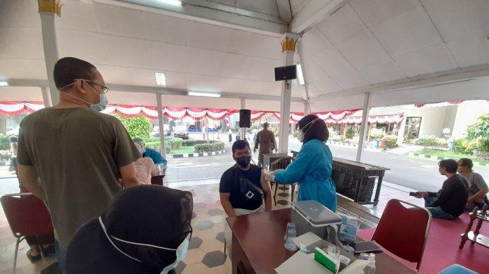 Warga mengikuti vaksinasi Covid-19 di Pendopo Bupati Lebak, Rangkasbitung, Kabupaten Lebak, Rabu (21/7/2021).