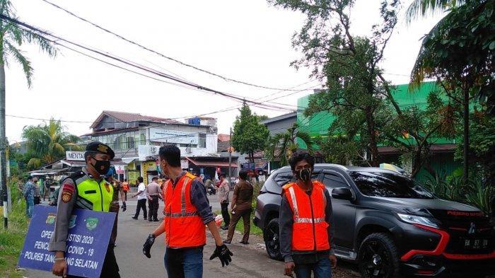 Satpol PP Tangerang Selatan kenakan sanksi sosial berupa ziarah ke makam Covid-19 untuk para pelanggar prokes, di TPU Jombang Jalan Rawa Lele, Jombang, Tangsel, Senin (18/1/2021)