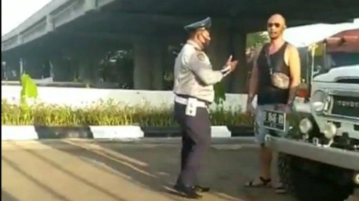 Pengendara berkepala plontos terlibat cekcok dengan petugas Dinas Perhubungan hingga merobohkan fasilitas rambu lalu lintas terjadi di Jalan KH Noer Ali Kalimalang, Kota Bekasi, Kamis (25/3/2021) pagi.