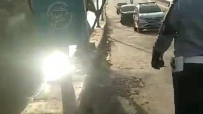 VIRAL Pria Berkepala Plontos Ngamuk ke Petugas Hingga Robohkan Rambu Lalu Lintas Jalan