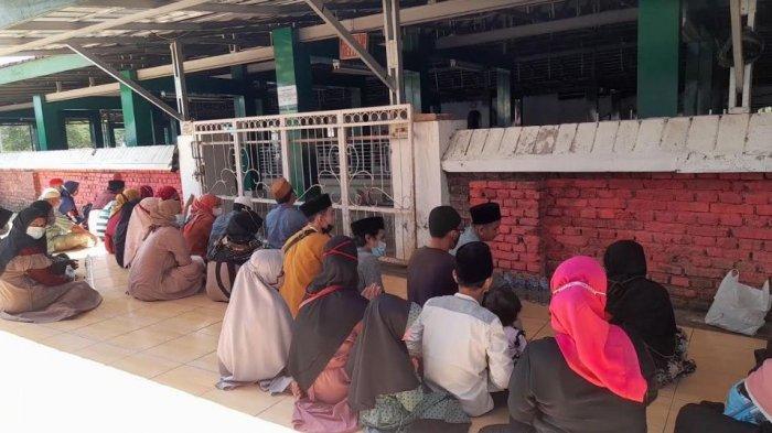 Meski Ditutup, Masih Ada Warga yang Berziarah di Kawasan Masjid Agung Banten Lama