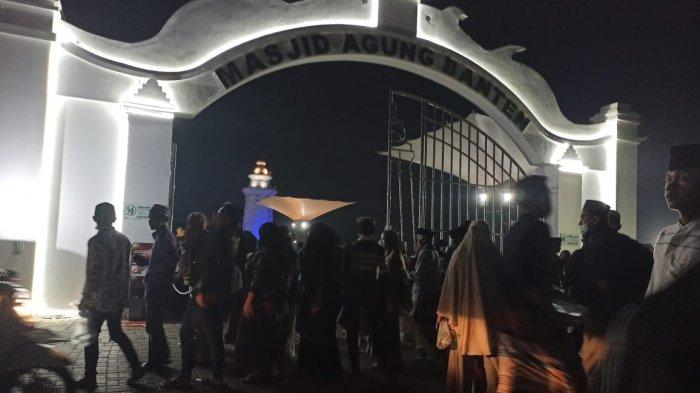 Wisatawan di Masjid Agung Banten, Kamis (29/10/2020).