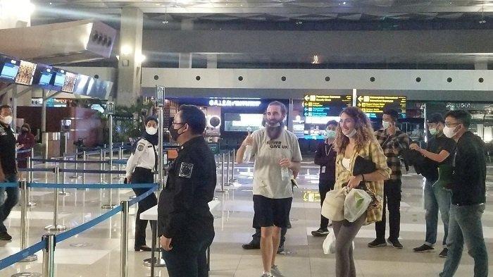 Dideportasi ke Negara Asal, Sejoli WN Inggris Senyam-senyum dan Copot Masker saat di Bandara Soetta
