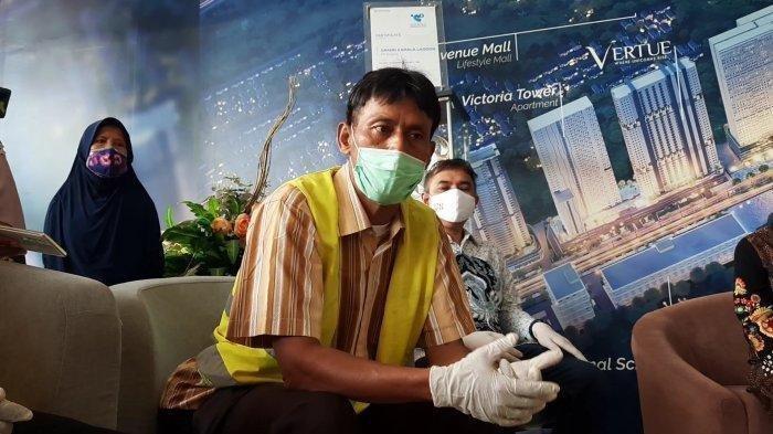 Irman Yudha (48) pemulung yang diangkut Mensos Risma saat blusukan di Jakarta dan diberikan akses pekerjaan, Jumat (8/1/2021). Irman merupakan manten sales.