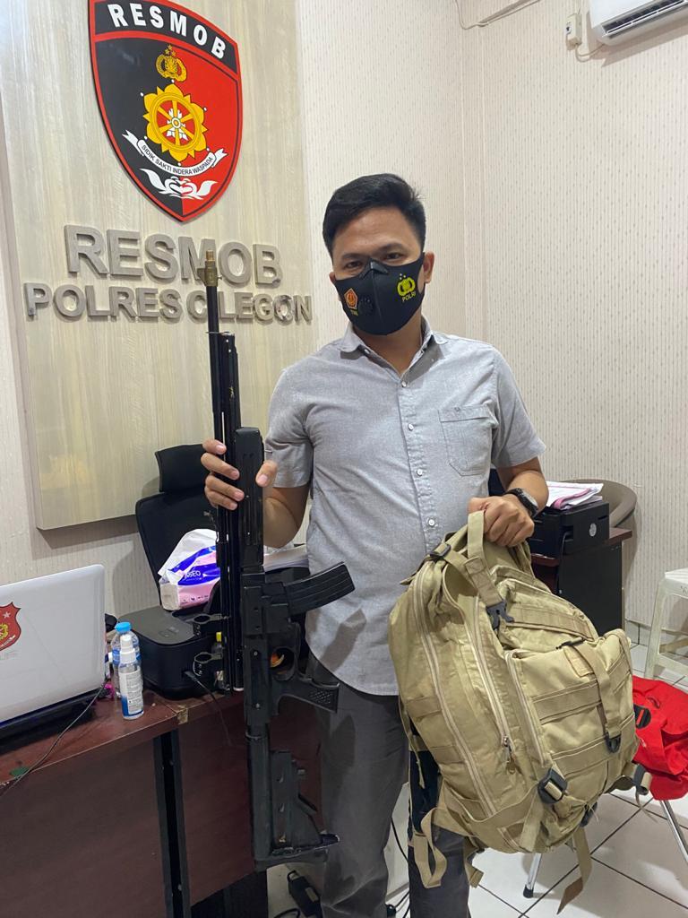 Polisi menunjukkan barang bukti senapan angin AK 47