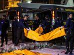 anggota-kepolisian-mengangkat-kantong-jenazah.jpg