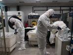 anggota-unit-darurat-militer-ume-spanyol-melakukan-desinfeksi-umum-terkait-virus-corona.jpg
