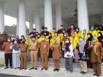 bupati-serang-ratu-tatu-chasanah-berfoto-bersama-peserta-program-beasiswa-kuliah-gratis.jpg