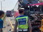 empat-bus-pariwisata-berwarna-merah-muda-mengalami-kecelakaan.jpg