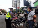 foto-petugas-kepolisian-sedang-melakukan-penilangan-terhadap-pengendara.jpg