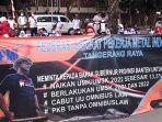 foto-sejumlah-buruh-melakukan-aksi-unjuk-rasa-di-gedung-disnakertrans-provinsi-banten.jpg
