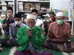 foto-ulama-besar-banten-abuya-ahmad-muhtadi-dimyati-melakukan-doa-bersama.jpg