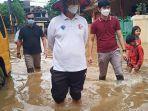 gubernur-banten-wahidin-halim-meninjau-lokasi-banjir-di-ciledug-2.jpg