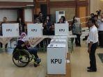 ilustrasi-pemilih-disabilitas-menggunakan-hak-pilih-di-tps.jpg
