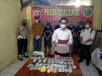 lima-tersangka-dan-barang-bukti-kasus-penyalahgunaan-narkoba-dtangkap-polres-serang-kota.jpg