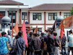 mahasiswa-dan-warga-demo-di-kantor-dinkes-kesehatan-kabupaten-pandeglang.jpg