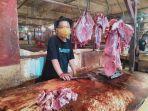 murod-penjual-daging-sapi-di-pasar-rau.jpg