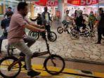 para-pecinta-sepeda-bisa-berkeliling-di-dalam-mall.jpg