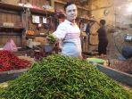 pedagang-cabai-di-pasar-rau-perlihatkan-cabai.jpg