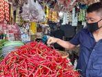 pedagang-cabai-merah-dan-sembako-di-pasar-rau.jpg