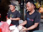 pedagang-kelapa-parut-dan-santan-melayani-pembeli-di-pasar-rau-kota-serang.jpg