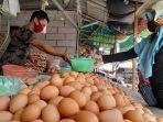 pedagang-telur-ayam-di-pasar-induk-rau-kota-serang-melayani-pembeli.jpg