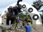 pengunjung-yang-mengabadikan-momen-di-patung-gajah-depan-pintu-masuk-taman-gajah-tunggal.jpg