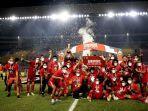 perayaan-para-pemain-persija-jakarta-setelah-menjuarai-piala-menpora-2021.jpg