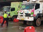 petugas-melakukan-penyekatan-dan-pemeriksaan-kendaraan-di-gerbang-tol-cikupa-kabupaten-tangerang-2.jpg