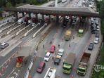 petugas-melakukan-penyekatan-dan-pemeriksaan-kendaraan-di-gerbang-tol-cikupa-kabupaten-tangerang.jpg