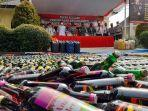 polda-banten-melakukan-pemusnahan-puluhan-ribu-botol-miras.jpg