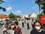 polisi-bubarkan-massa-yang-hendak-demo-di-lebak-ppkm.jpg