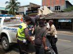 polisi-mengevakuasi-sepeda-motor-korban-kecelakaan-di-depan-hotel-marbella-anyer.jpg
