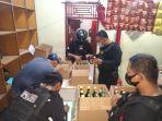 polisi-menyita-ratusan-botol-berisi-minuman-beralkohol.jpg