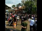 ratusan-pedagang-dan-warga-berdemo-memrotes-penutupan-tempat-wisata-pemandian-cikoromoy.jpg