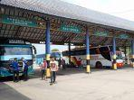 sejumlah-bus-berstiker-khusus-di-terminal-pakupatan.jpg