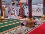 sejumlah-orang-beritikaf-di-masjid-agung-kasunyatan.jpg