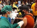 sejumlah-warga-mengikuti-vaksinasi-covid-19-di-hotel-swiss-belinn-modern-cikande-3.jpg